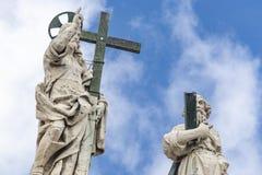 Statuen von Jesus Christ und von Apostel auf dem oberen Teil der Basilika von San Pietros Fassade lizenzfreie stockfotografie