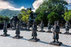 Statuen von Kriegern in Kaiser-Khai Dinh Tomb in der Farbe, Vietnam stockfoto