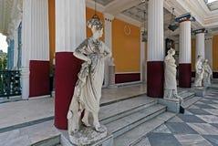 Statuen von Musen auf Balkon von Achilleion in Gastouri, Korfu, Griechenland Stockbild