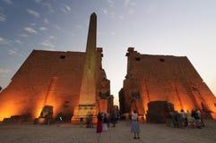 Statuen von Ramses II am Luxor-Tempel. Luxor, Ägypten Stockfotos