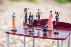 Statuen von Schwarzen im Regal Stockfotografie