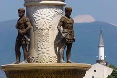 Statuen von Soldaten mit Klingen in Skopje, die Republik Mazedonien stockfotos