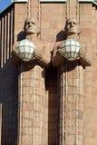 Statuen, welche die Kugellampen am zentralen Bahnhof Helsinkis halten lizenzfreie stockfotos