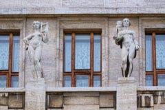 Statuen zwischen den Fenstern Stockbilder