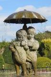Statuenbrunnen von Kindern und von Welpen stockfoto