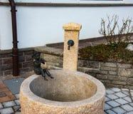 Statuenjunge, der eine Flöte spielt Stockbilder