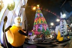 Statuenkunst und Weihnachtsbaum im Weihnachten und in der neues Jahr-Feier Stockbilder