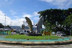 Statuenmarkstein mit zwei riesiger Fischen an Ranau-Karussell Stockfotos