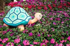 Statuenschildkröte im Garten Lizenzfreie Stockfotos