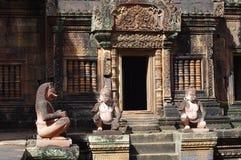Statuenschutz von Tempel Banteay Srei Stockbilder