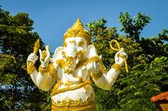 Statuenteil des gelben und weißen Elefanten eines buddhistic Tempels Stockfotografie