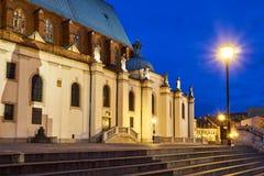 Statues à l'église gothique de cathédrale la nuit photos libres de droits