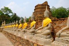 Statues alignées de Bouddha chez Wat Yai Chai Mongkhon Ayutthaya Thaila Photo stock