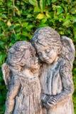 Statues antiques d'ange dans la forêt Photographie stock