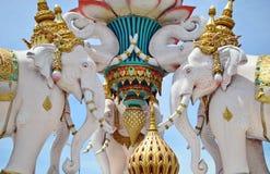 Statues blanches d'Elehants dans la rue de Bangkok, Thaïlande Photo libre de droits