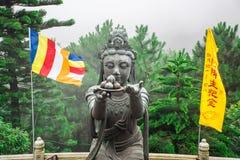 Statues bouddhistes félicitant Tian Tan Buddha au cinglement de Ngong, île de Lantau, en Hong Kong Photographie stock libre de droits