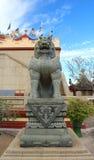 Statues chinoises de lion dans le temple chinois photographie stock