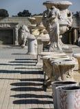 Statues classiques de jardin, planteurs, manteaux de cheminée photographie stock libre de droits