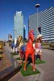 Statues colorées des chevaux à Astana Images libres de droits