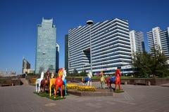 Statues colorées des chevaux à Astana Photographie stock