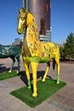 Statues colorées des chevaux à Astana Photos libres de droits