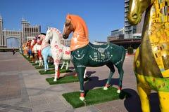 Statues colorées des chevaux à Astana Photographie stock libre de droits