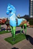 Statues colorées des chevaux à Astana Image stock