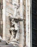 Statues décorant le mur latéral d'une cathédrale de Milan Photos libres de droits