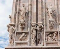 Statues décorant le mur latéral d'une cathédrale de Milan Photos stock