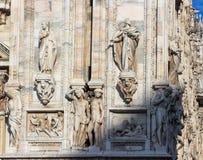 Statues décorant le mur latéral d'une cathédrale de Milan Image libre de droits