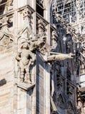 Statues décorant le mur latéral d'une cathédrale de Milan Images libres de droits