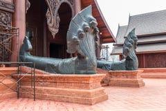 Statues découpées de grande pierre grise du Roi Snake Église de seuil Photographie stock