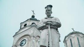 Statues d'église orthodoxe et de héros dans l'avant banque de vidéos