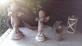 Statues d'anges avec les rayons merveilleux du soleil Photos stock