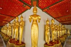 Statues d'or debout de Bouddha Photographie stock