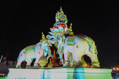 Statues d'Erawan et Wat Phra Kaew roses, Bangkok, Thaïlande Image stock