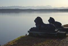 Statues d'un lion avec les Alpes allemands images libres de droits