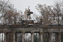Statues dans le jardin pendant chutes de neige images stock