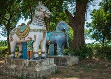 Statues de bord de la route de cheval et d'éléphant Photographie stock libre de droits