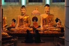 Statues de Bouddha à la pagoda de shwedagon, Yangon, Myanmar Image stock