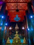 Statues de Bouddha avec la peinture murale autour Photographie stock libre de droits