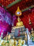Statues de Bouddha avec les statues femelles de moine Photo stock