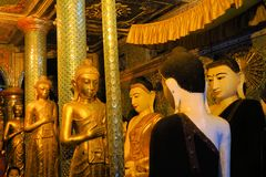 Statues de Bouddha chez Shwedagon, Yangon, Birmanie Photo libre de droits