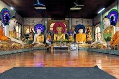 Statues de Bouddha chez Shwedagon, Yangon, Birmanie Image libre de droits