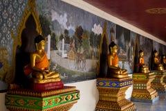 Statues de Bouddha d'or dans une rangée Photo libre de droits
