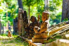 Statues de Bouddha dans la forêt Images stock