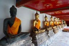 Statues de Bouddha dans la ligne au temple de Wat Arun à Bangkok Photos libres de droits