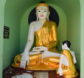 Statues de Bouddha dans la pagoda de Shwedagon, Yangon Images stock