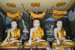 Statues de Bouddha dans le temple de Shwemawdaw Paya Photographie stock