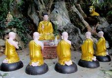 Statues de Bouddha et de moines dans le temple bouddhiste Images libres de droits